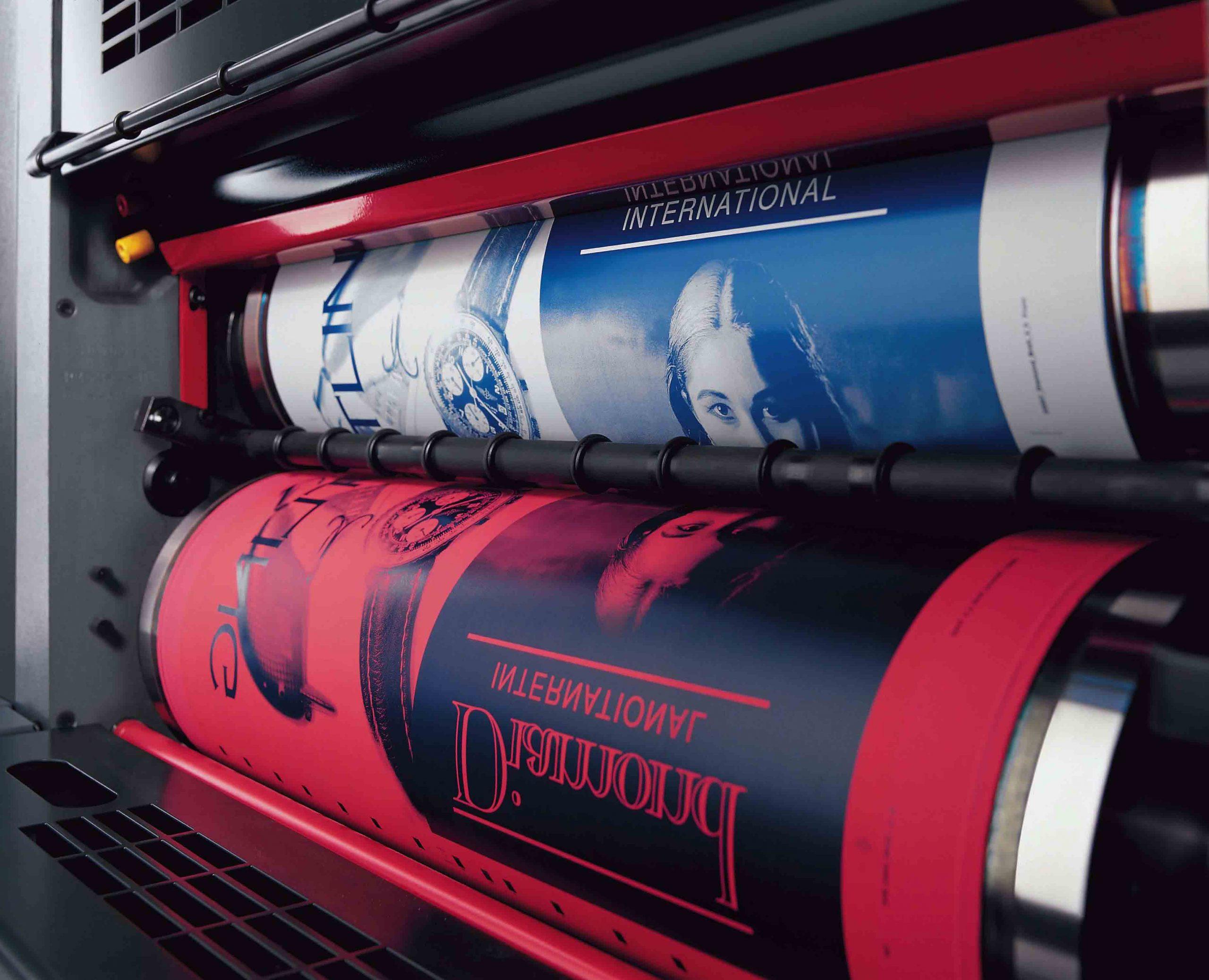 Imprenta offset. Placa entintada y cilindro de caucho